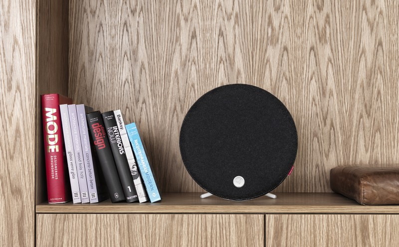 Libratone_Loop_PepperBlack_Shelf